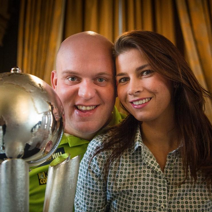 Michael van Gerwen en zijn vrouw Daphne. © Matty van Wijnbergen