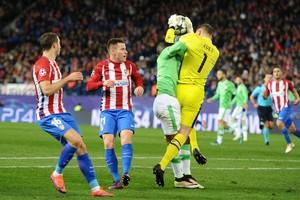 PSV-doelman Jeroen Zoet in het duel met Atlético Madrid. © Hollandse Hoogte