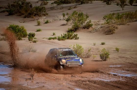 Noodweer zorgt voor grote problemen bij de Dakar Rally. © AP