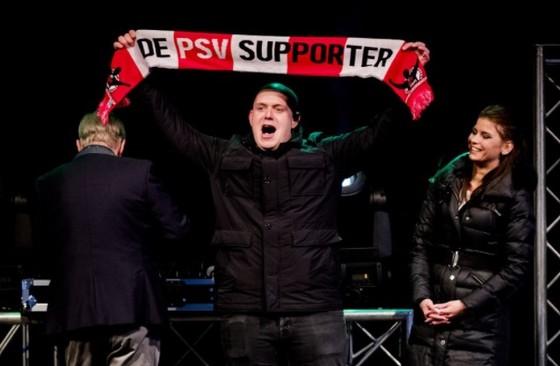 Het is duidelijk welke club Van Gerwen een warm hart toedraagt. © ANP