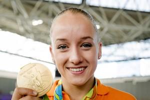 Sanne Wevers met haar gouden medaille. © ANP