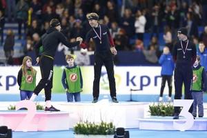 (VLNR) Sven Kramer met zilver, Jorrit Bergsma met goud en Bob de Vries met Brons op het podium na de 10.000 meter tijdens het NK Afstanden. © ANP