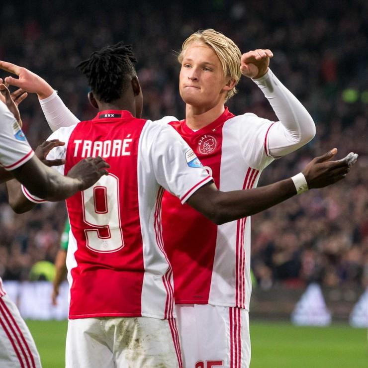 Davinson Sanchez en Bertrand Traoré zijn blij met Kasper Dolberg. © ANP Pro Shots.