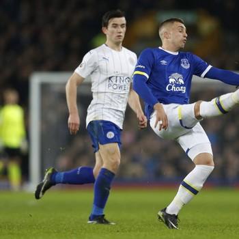 In de zoektocht naar aanvallende versterking waagt Ajax weer een poging bij Gerard Deulofeu (in het blauw) van Everton. © REUTERS